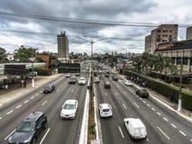 Verkeer van voertuigen in Rubem Berta Avenue in Sao Paulo royalty-vrije stock afbeeldingen