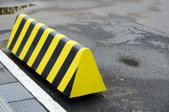 Verkeersbeperkers in het Parkeerterrein Moderne barrièreomheining voor auto's in de zomerparkeren op de straat stock foto
