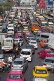 Verkeersbewegingen langzaam langs een bezige weg in Bangkok, Thailand Royalty-vrije Stock Afbeeldingen