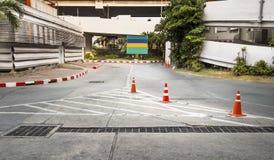 Verkeerskegel op concrete bestrating wordt gebruikt die Royalty-vrije Stock Foto