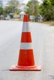 Verkeerskegel op de weg wordt geplaatst die Royalty-vrije Stock Afbeelding