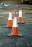 Verkeerskegels in weg Stock Afbeeldingen