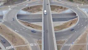 Verkeerskruising op belangrijke snelweg, luchtlengte van weg, mening van hommel van autosnelweg stock video