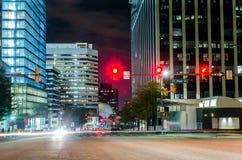 Verkeerslicht bij Kruispunten met Moderne Bureaugebouwen op Achtergrond stock foto