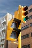 Verkeerslicht in de stad U kunt gaan high-rise gebouwen beh Stock Foto