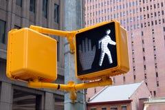 Verkeerslicht in de stad U kunt gaan high-rise gebouwen beh Stock Foto's