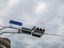 Verkeerslicht en blauwe gidspost royalty-vrije stock foto's