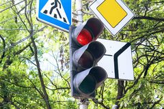 Verkeerslicht en drie verkeersteken die het verkeer regelen Royalty-vrije Stock Foto