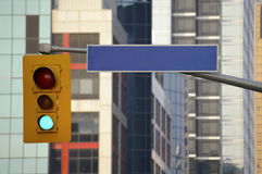 Verkeerslicht en leeg straatteken Royalty-vrije Stock Afbeeldingen