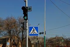 Verkeerslicht en verkeersteken bij de kruising Stock Foto's