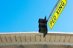 Verkeerslicht met voetgangersoversteekplaatsteken op het Stock Fotografie