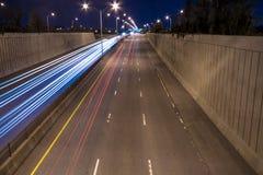 Verkeerslicht op Weg bij nacht. Royalty-vrije Stock Afbeeldingen