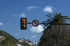 Verkeerslicht tegen de blauwe hemel Rode kleur van het verkeerslicht Het draaien links is belemmerd stock afbeelding