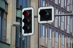 Verkeerslichten die rood licht tonen tegen stedelijke stadsachtergrond Stock Afbeelding