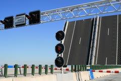 Verkeerslichten en een brug Stock Foto