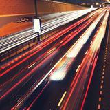 Verkeerslichten in motieonduidelijk beeld op weg van Doubai. Royalty-vrije Stock Foto's
