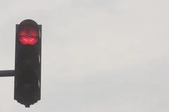 Verkeerslichten, rood verkeerslicht tegen hemel Royalty-vrije Stock Foto