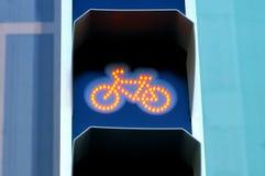 Verkeerslichten voor fietsers met geel signaal stock foto