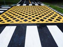 Verkeerslijn en teken op asfalt stock foto's