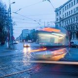 Verkeersscène in Riga, Letland in de avond Royalty-vrije Stock Foto's
