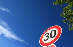 Verkeersteken 30 km/h van de maximum snelheid Royalty-vrije Stock Foto's