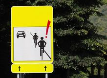 Verkeersteken: aandacht aan fietsers, met de silhouetten van twee fietsers en een auto die in de tegenovergestelde richting aanko vector illustratie