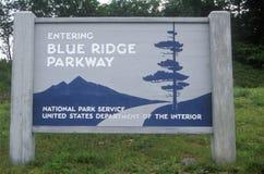 Verkeersteken bij de ingang aan Blauw Ridge Parkway, Blauw Ridge Mountains, VA royalty-vrije stock afbeeldingen
