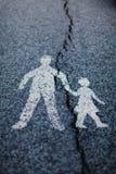 Verkeersteken - de barst verdeelt verband tussen ouder en kind stock afbeelding