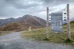 Verkeersteken in de bergen van Oostenrijk, Tirol Stock Foto