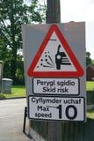 Verkeersteken die die steunbalkrisico tonen in Bewoners van Wales en het Engels wordt geschreven Stock Foto's
