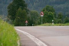Verkeersteken die een steile afdaling waarschuwen 10 percentenhelling Royalty-vrije Stock Fotografie