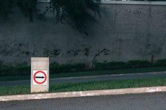 Verkeersteken die naar omhoog met erachter muur richten Stock Foto