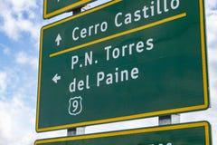 Verkeersteken die richting tonen aan Torres del Paine National Park stock afbeeldingen