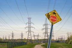 Verkeersteken + elektrotorens royalty-vrije stock afbeeldingen