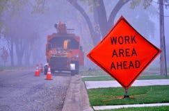 Verkeersteken en de dienstvoertuig in mistige ochtend stock fotografie