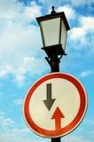 Verkeersteken en lantaarn Royalty-vrije Stock Afbeelding