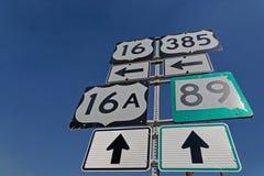 Verkeersteken en richtingen op weg stock afbeeldingen