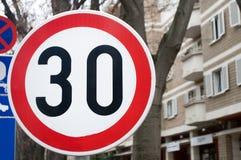 Verkeersteken erop wijzen die dat de maximum snelheid 30 km/h is Stock Foto's