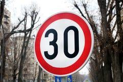 Verkeersteken erop wijzen die dat de maximum snelheid 30 km/h is royalty-vrije stock afbeeldingen