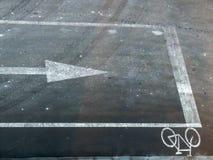 Verkeersteken: fiets en richtingspijl stock foto