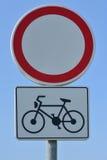 Verkeersteken geen voertuigen behalve fietsen stock foto's