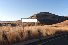 Verkeersteken in het midden van Lang Droog Gras in Droog de Winterlandschap Stock Afbeeldingen