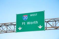 Verkeersteken met de richting aan Fort Worth stock fotografie