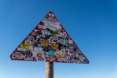 Verkeersteken met stickers worden behandeld die Stock Afbeeldingen