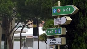 Verkeersteken in Monaco die op richting aan Nice en Menton, wegreis aan Europa wijzen stock foto