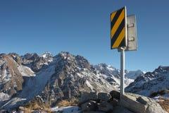 Verkeersteken op de bovenkant van berg stock fotografie