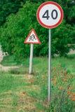 Verkeersteken op de kant van de weg royalty-vrije stock afbeelding