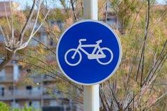 Verkeersteken op de postweg voor fietsers Royalty-vrije Stock Foto's