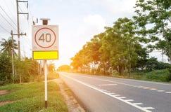 Verkeersteken op weg in het industriële landgoed Royalty-vrije Stock Fotografie