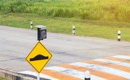 Verkeersteken op weg in het industriële landgoed Royalty-vrije Stock Foto's
